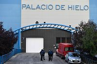 Policemen stand outside the Palacio de Hielo (Ice Palace) shopping mall where an ice rink was turned into a temporary morgue on March 23, 2020 in Madrid to deal with a surge in deaths in the Spanish capital due to the coronavirus. - The coronavirus death toll in Spain surged to 2,182 after 462 people died within 24 hours, the health ministry said. The death rate showed a 27-percent increase on the figures released a day earlier, with the number of confirmed cases of COVID-19 rising to 33,089 in Spain, one of the worst-hit countries in the world after China and Italy. (Photo by PIERRE-PHILIPPE MARCOU / AFP)