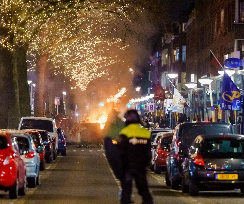 Jugendliche Randalierer treffen auf Polizeibeamte in Rotterdam.