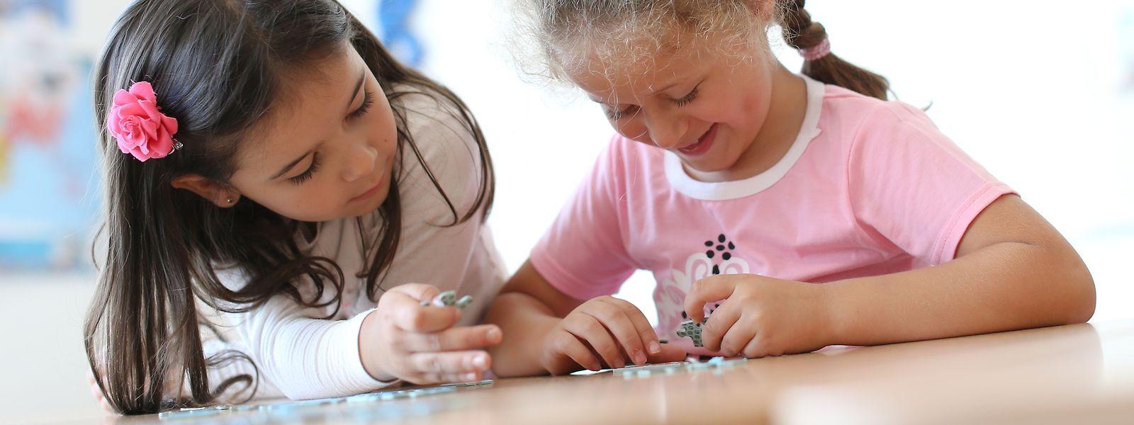 Beim Start in die formale Bildung haben die Kinder noch mehr oder weniger gleich gute Chancen, doch danach geht die Schere schnell auf.
