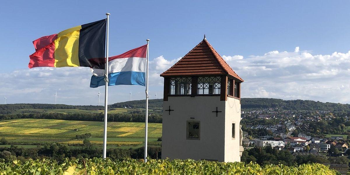 Les drapeaux des deux pays amis flottent de concert au-dessus des vignobles.