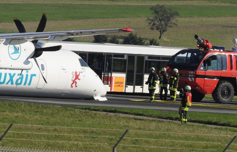 Mit eingezogenem Fahrwerk legte das Flugzeug eine Bauchlandung hin.