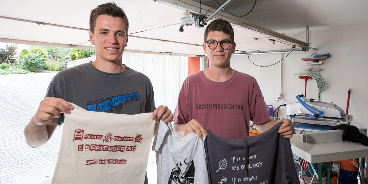Druckfrisch: Maurice Nilles und Ben Hames mit ihrer Ware.