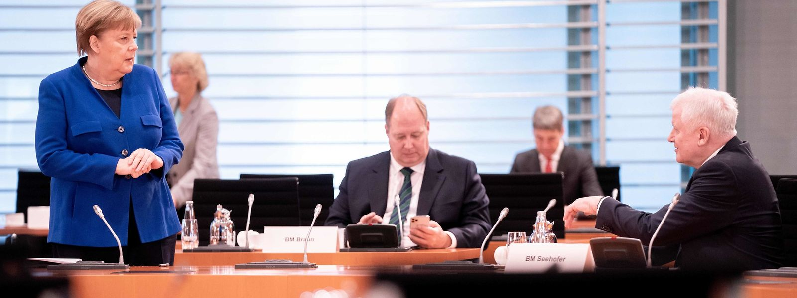 Regierungssitzung in Berlin: Kanzlerin Angela Merkel (CDU) im Gespräch mit Innenminister Horst Seehofer (CSU, r.).