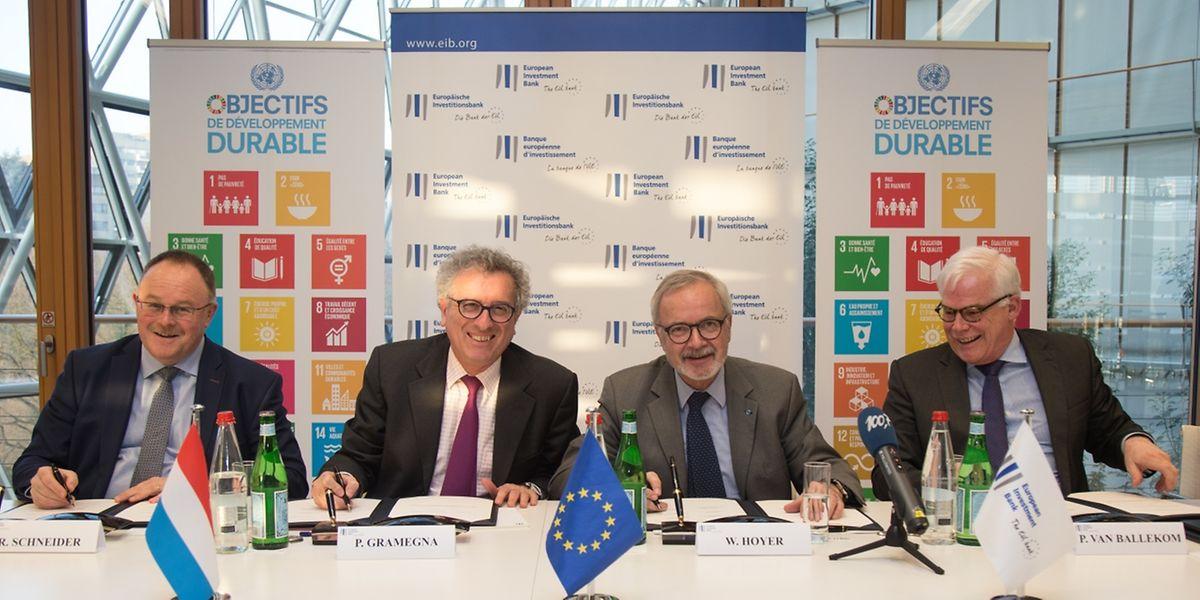 Am Montag wurde die inzwischen fünfte Vereinbarung zwischen Luxemburg und der EIB zur technischen Hilfe für die Finanzierung von Kleinst- und Kleinunternehmen in Afrika, der Karibik und dem Pazifikraum unterzeichnet. (v.l. R. Schneider, P. Gramegna, W. Hoyer, P. van Ballekom)
