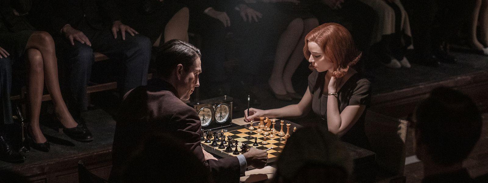 Zug um Zug erobert sich Beth Harmon (Anya Taylor-Joy), hier bei einer Partie gegen Vasily Borgov (Marcin Dorocinski), ihren Platz in der von Männern dominierten Schachwelt.
