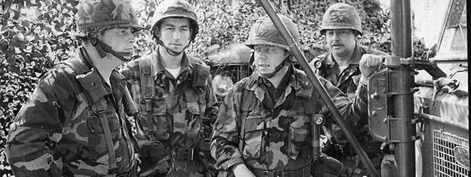 """Der Kommandant der blauen Streitkräftebei einer Lagebesprechung mit seinen Offizieren Guy Lenz und Fernand Guth sowie dem Unteroffizier Claude Paulus. Die blauen Einheiten waren der """"Verteidigung"""" zugeteilt."""