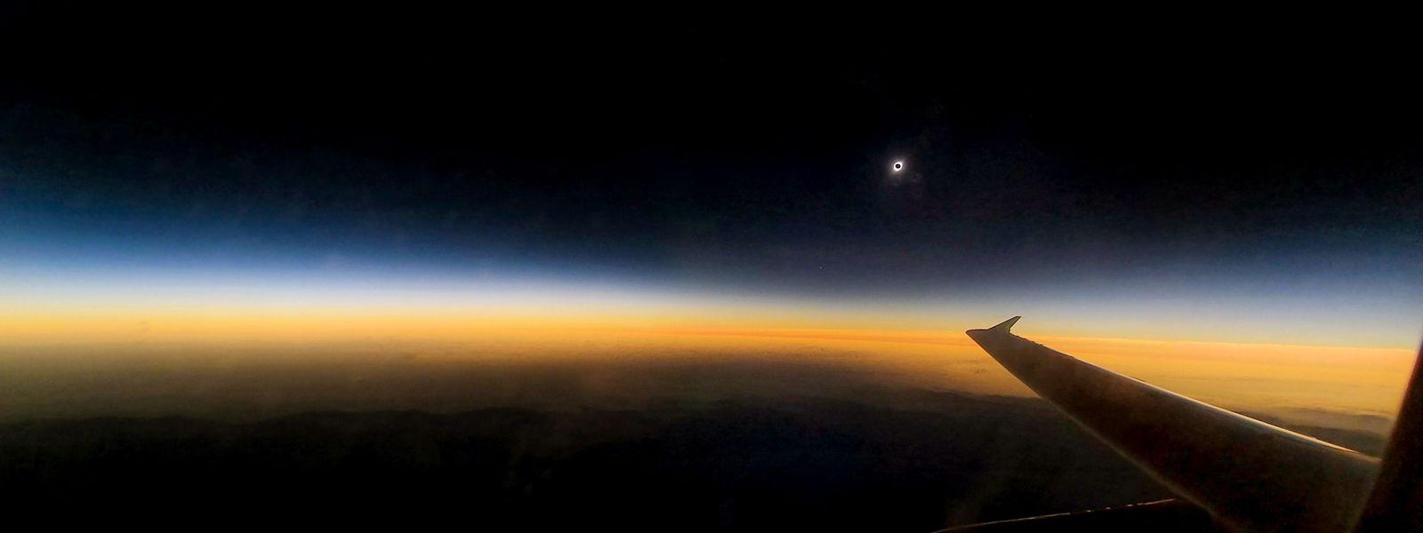 Die Sonnenfinsternis, beobachtet während eines Flugs über La Serena in Chile.