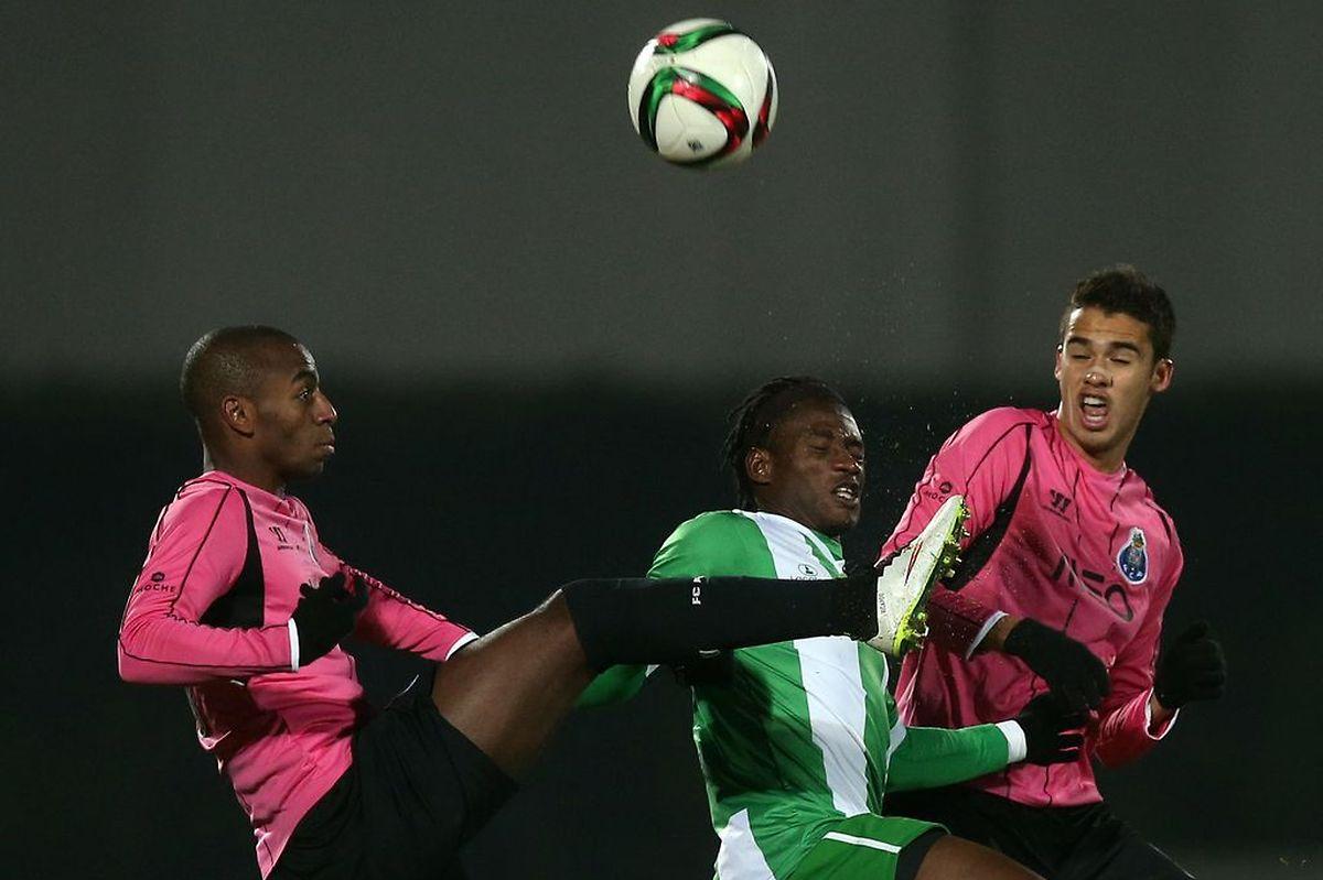 William Jebor (do Rio Ave, ao centro) em acção contra Ricardo (FC Porto, à direita) e Diego Reyes (FC Porto)