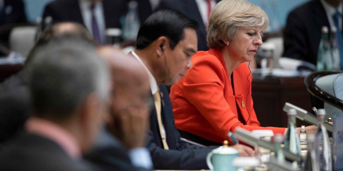 Premierministerin Theresa May (rechts) stimmt ihr Land auf schwierige Zeiten ein.