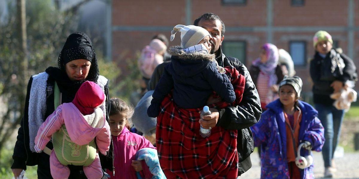 Tausende Menschen, unter ihnen viele Frauen und Kinder, fliehen täglich nach Österreich und Deutschland.