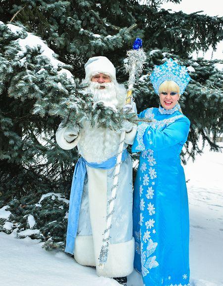 Väterchen Frost und seine Enkelin in Russland.