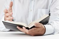 Bibel, Kirche, Beten, Fir de Choix, Religion, vie et société ,  hakk, studium, weisheit, arbeitszimmer, lernen, studie, studieren, studium, erwachsen, erwachsene, erwachsener, für erwachsene, aufmachen, eröffnen, geöffnet, offen, offene, offenes, offentlichkeit, öffentlich, öffentlichkeit, öffnen, öffnete, angehörigen, besiedeln, bevölkern, bewohnen, familie, leute, menschen, verwandten, volk, eine, einer, eins, bibel, leute, maenner, menschen, simsen, sms, text, dokument, etc, papier, allgemeinbildung, aufklarung, aufklärung, ausbildung, bildung, erziehung, pädagogik, schulung, unterricht, allein, alleinstehend, alleinstehende, alleinstehender, einheitlich, einzel, einzeln, einzelner, einzelnes, einzig, gemeinsam, hagestolz, jungfrau, junggeselle, junggesellin, ledig, single, singleauskopplung, solo, solofrau, solomann, unverheiratet, vereint, konzepte, lesen, lesend, lesung, reading, leser, leserin, mensch, menschlich, menschliche, menschlicher, menschliches, seite, close-up, close-up, macro, nah, nahaufnahme, dagegen, einwände, gegenstand, objekt, körper, person, personen, religion, blatt, geleiten, hand, hande, handen, handgriff, handlanger, handschrift, handvoll, händen, reichen, seite, zeiger, album, bestrafen, buch, buchen, bücher, e book, notieren, rasen, reservieren, schreiben, wettliste (FOTO: SHUTTERSTOCK)