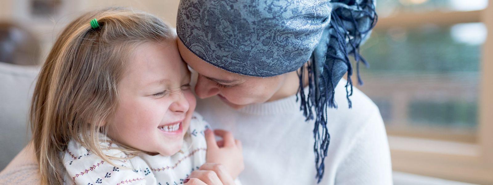 Jeder Patient muss selbst entscheiden, wie und ob er seine Angehörigen über die Krebsdiagnose in Kenntnis setzt. Experten raten Betroffenen jedoch dazu, vor allem die eigenen Kinder über die Erkrankung aufzuklären und sie nicht zu verschweigen.