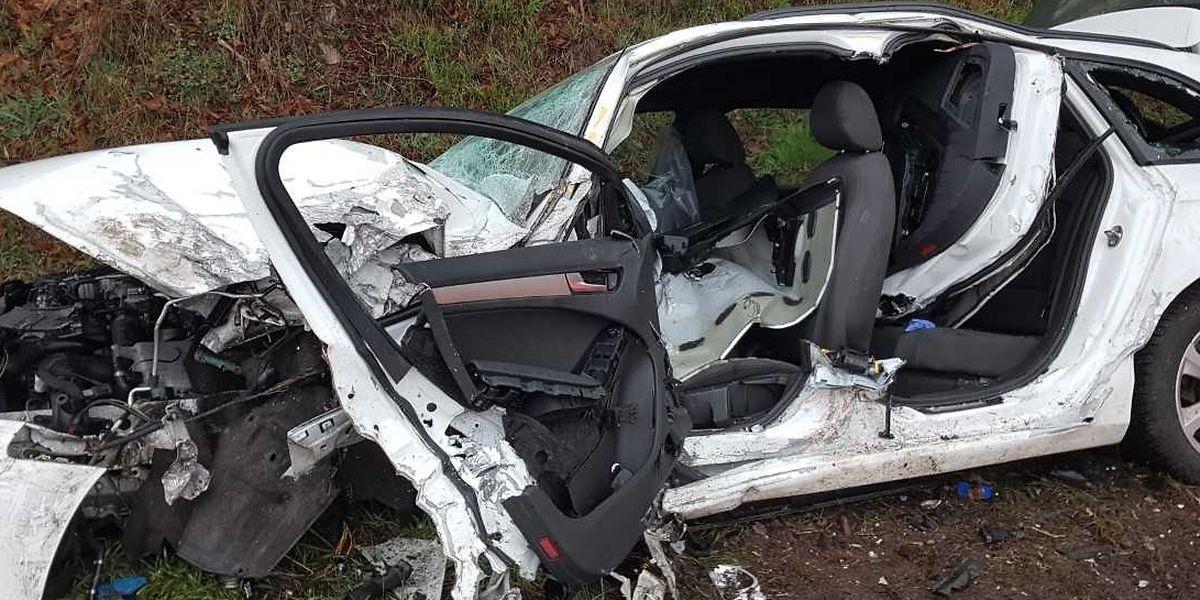 Der noch junge Fahrer des Wagens wurde eingeklemmt und musste mit schwerem Gerät befreit werden.