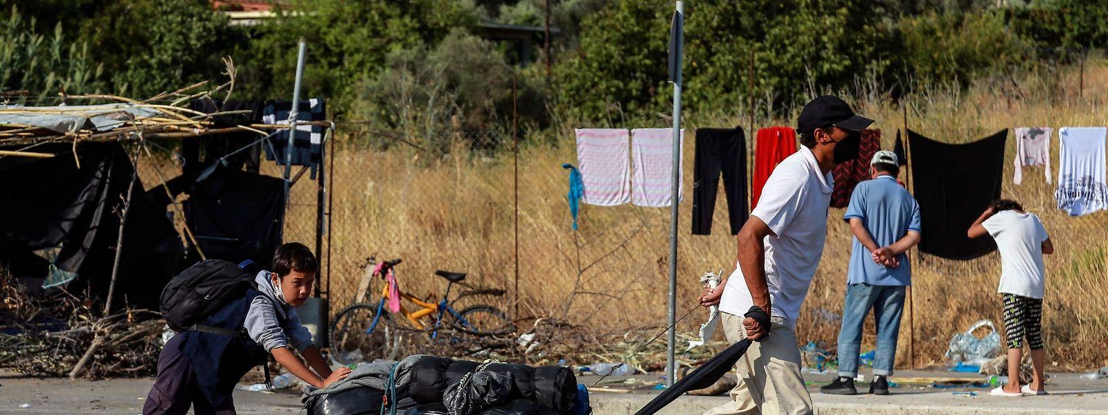 Nach dem verheerenden Brand im Flüchtlingslager Moria leben viele Menschen auf der Straße.