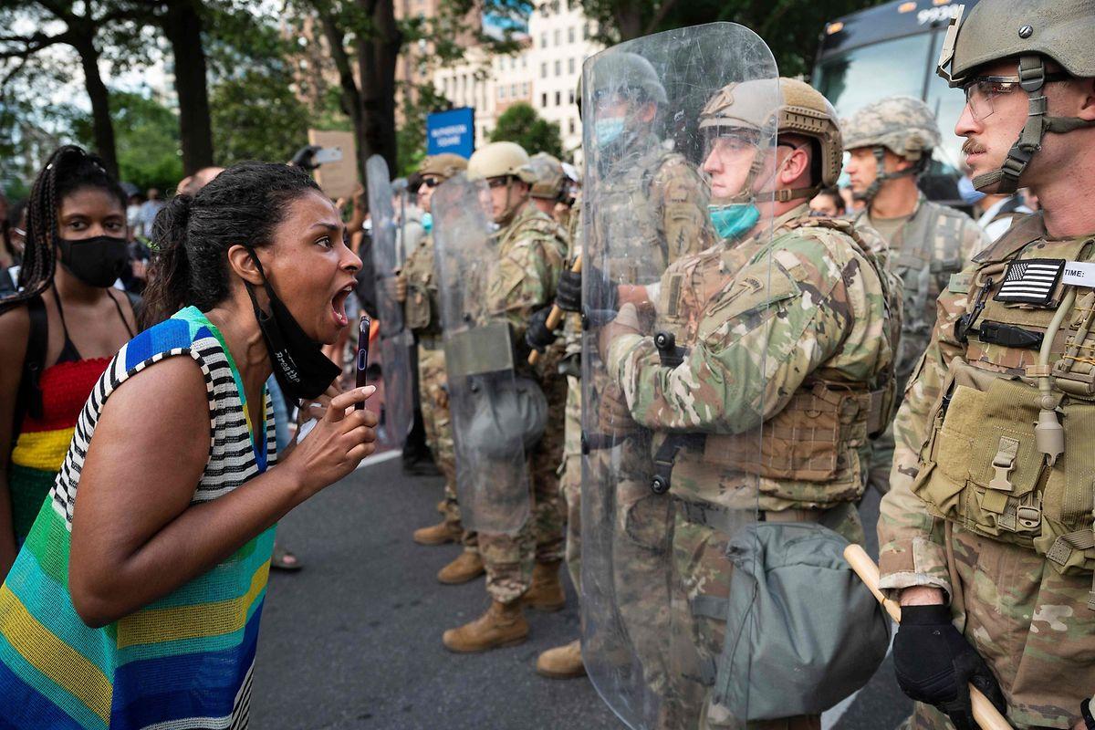 Soldaten stellten sich Demonstranten in der Nähe des Weißen Hauses in den Weg.