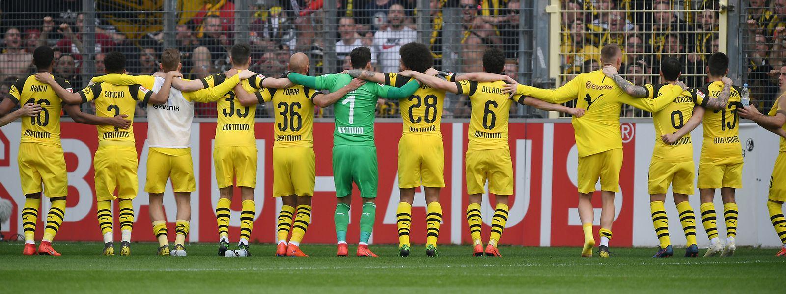 Die Mannschaft von Borussia Dortmund feiert einen souveränen Sieg in Freiburg.