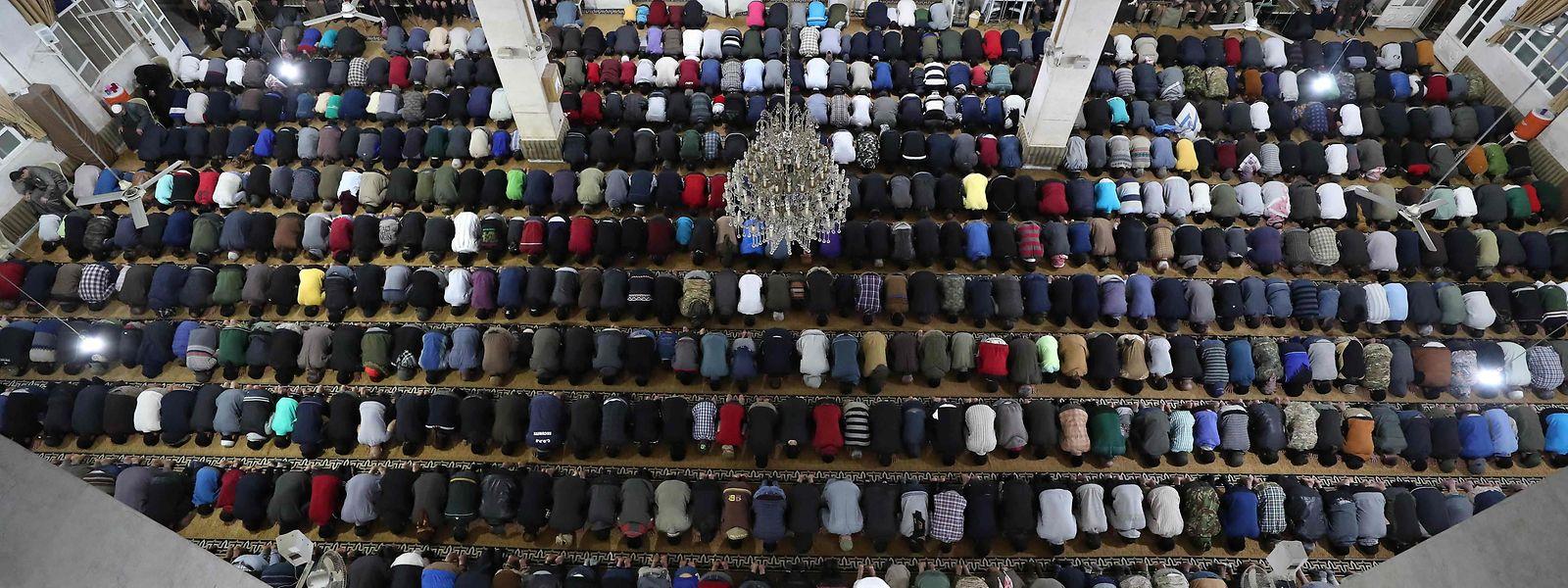 Trotz Corona ist die Moschee in der umkämpften Stadt Idlib bis auf den letzten Platz gefüllt.
