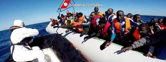 Immer wieder müssen Flüchtlinge im Mittelmeer gerettet werden.