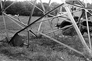Der Hochspannungsmast wurde bei dem Attentat schwer beschädigt.