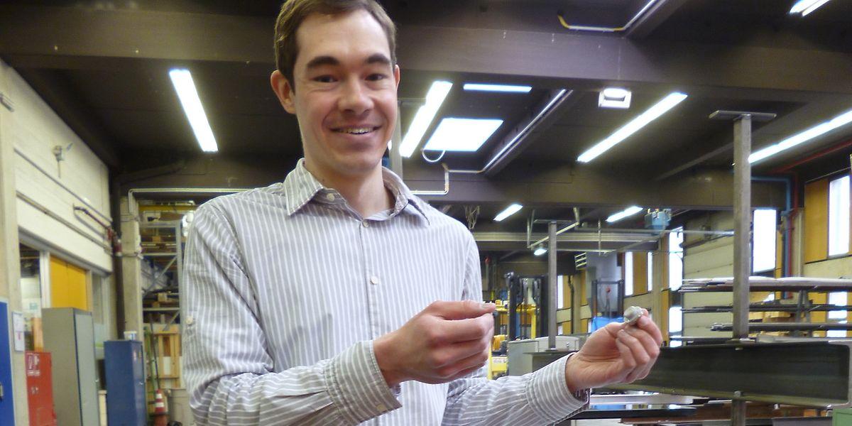 Einer der Studierenden und Doktoranden der ersten Stunde: Dr. Mike Tibolt zeigt eine Punktglashalterung - Thema seiner Doktorarbeit - im Forschungslabor der Bauingenieure der Universität Luxemburg.