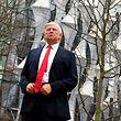 """Das Wachsfigurenkabinett """"Madame Tussauds"""" hatte nach Trumps Aussage eine Trump-Figur vor die neue Botschaft gestellt."""
