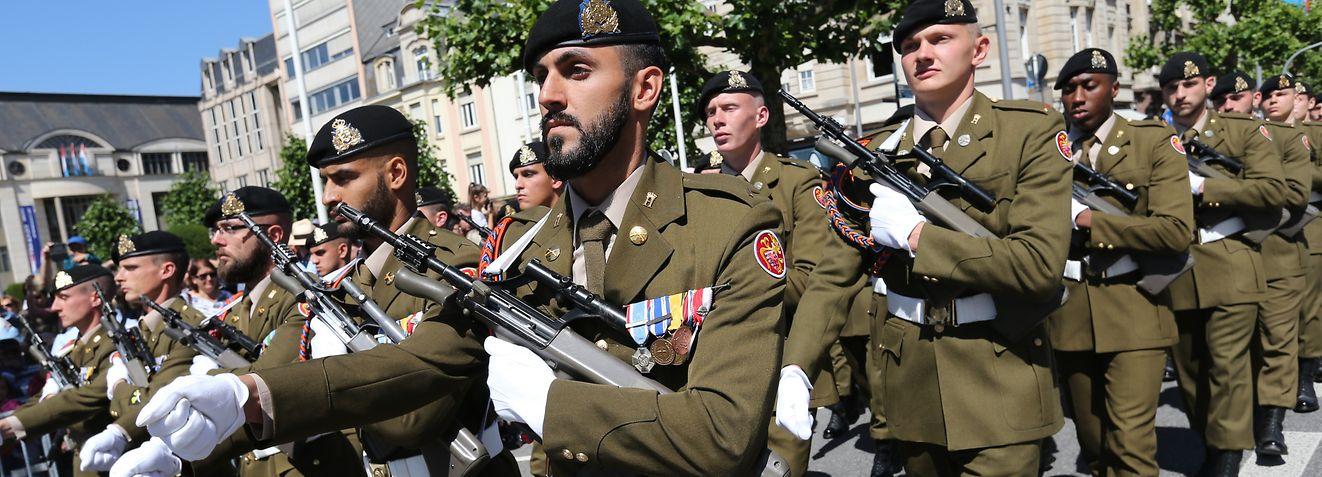 Im Gleichschritt marschierten die Einsatzkräfte durch die Avenue de la Liberté.