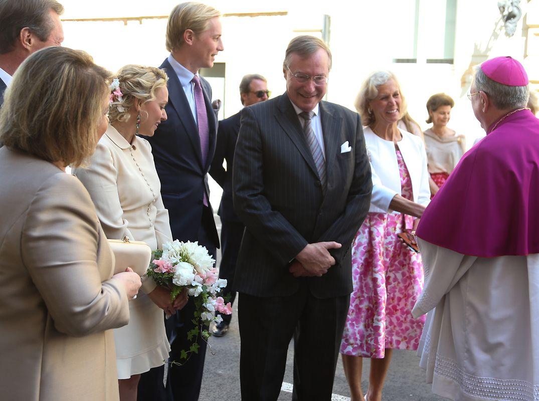 Großherzogin Maria Teresa, Großherzog Henri (verdeckt), das Brautpaar, Prinz Jean und Hélène Vestur, die erste Ehefrau von Prinz Jean, die vom Erzbischof Jean-Claude Hollerich begrüßt wird.