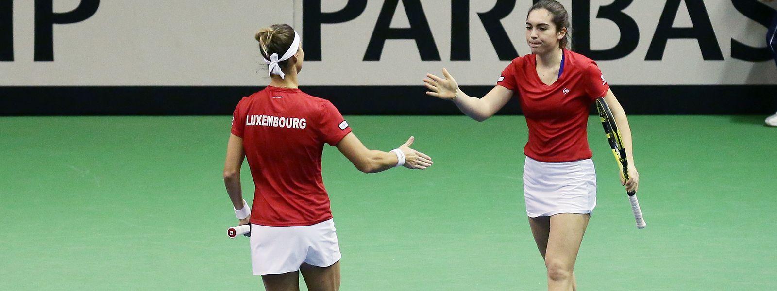 Eléonora Molinaro, hier mit Mandy Minella (l.), trifft im Fed-Cup auf starke Konkurrenz.
