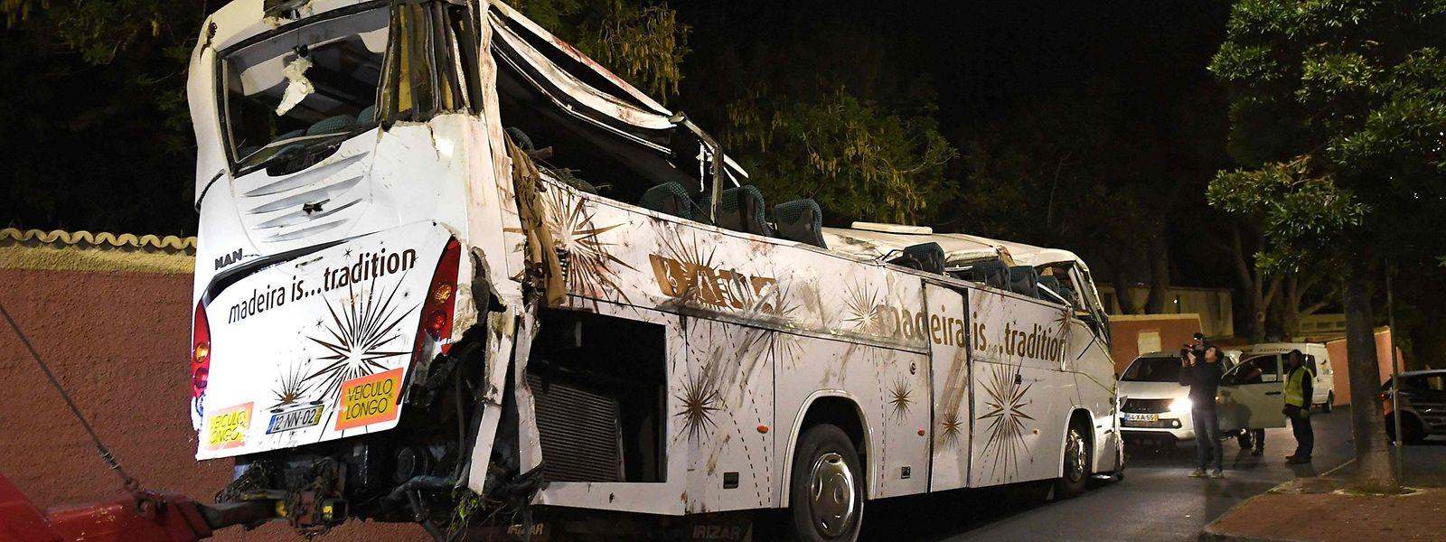 La carcasse du bus accidenté a été enlevée jeudi à l'aube.