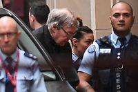 Kardinal George Pell (Mitte l.) auf dem Weg zum Supreme Court im australischen Melbourne.