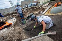 Schicht für Schicht tragen Arbeiter Schutt und Erde ab, immer auf der Suche nach Münzen und Scherben.