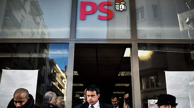 (FILES) This file photo taken on January 17, 2017 in Villeurbanne shows candidate for the French left's presidential primaries ahead of the 2017 presidential election and former Prime minister Manuel Valls, leaving after meeting supporters at the socialist party local headquarters as part of his campaign. Valls quits the French Socialist Party (PS) he announces, AFP reported on June 27, 2017. / AFP PHOTO / JEFF PACHOUD