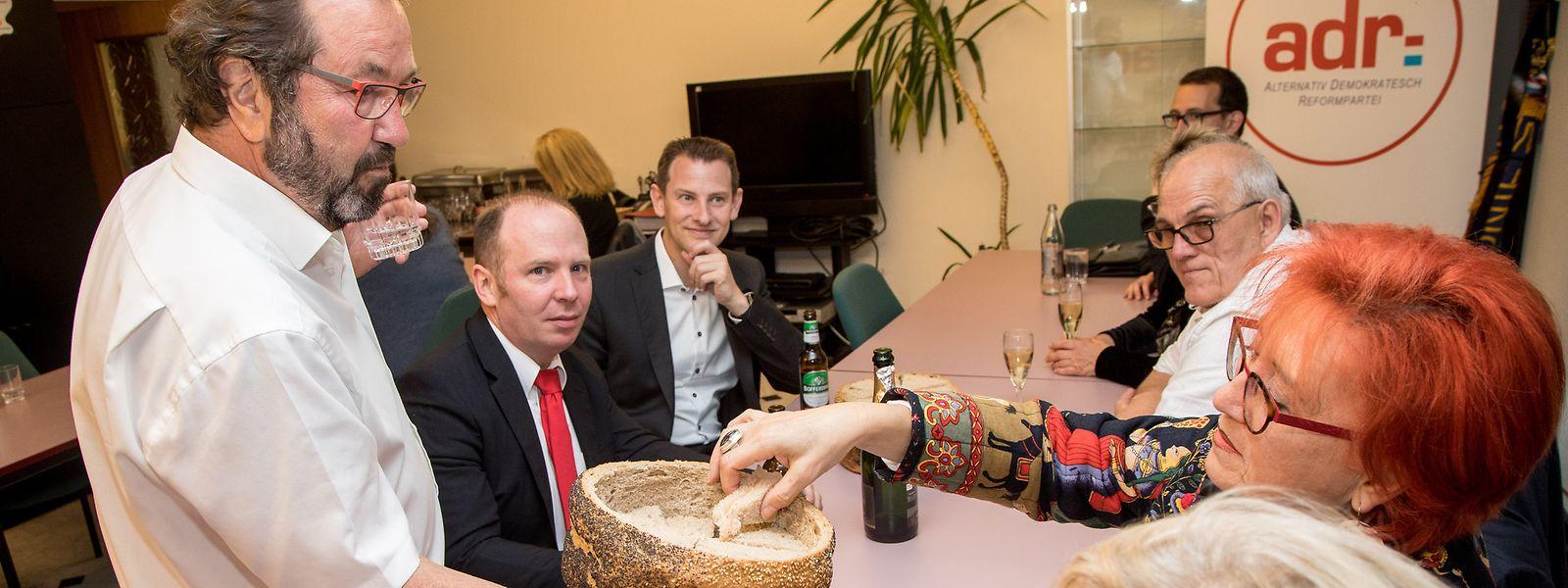 Spitzenkandidat Gast Gibéryen (links) war sich nicht zu schade, Schnittchen an die wartenden Parteimitglieder zu verteilen.
