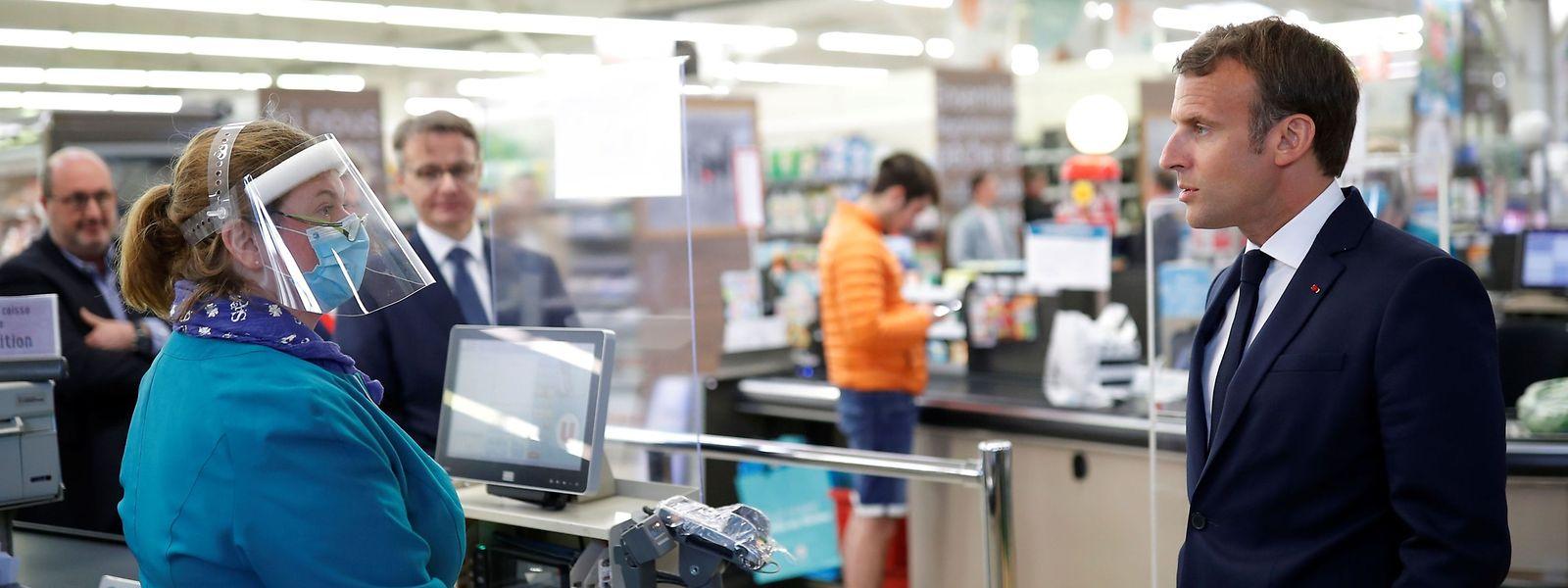 Emmanuel Macron en visite dans un supermarché ce jeudi pour tenter de rassurer son pays.