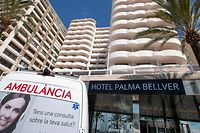 An ambulance is parked in front of an hotel where students who had contact with COVID-19 patients are quarantined in Palma de Mallorca on June 29, 2021. - An end-of-year student trip to Spain's Balearic Islands has sparked a major coronavirus cluster with hundreds of confirmed cases and thousands of young people in quarantine across the country. (Photo by JAIME REINA / AFP)