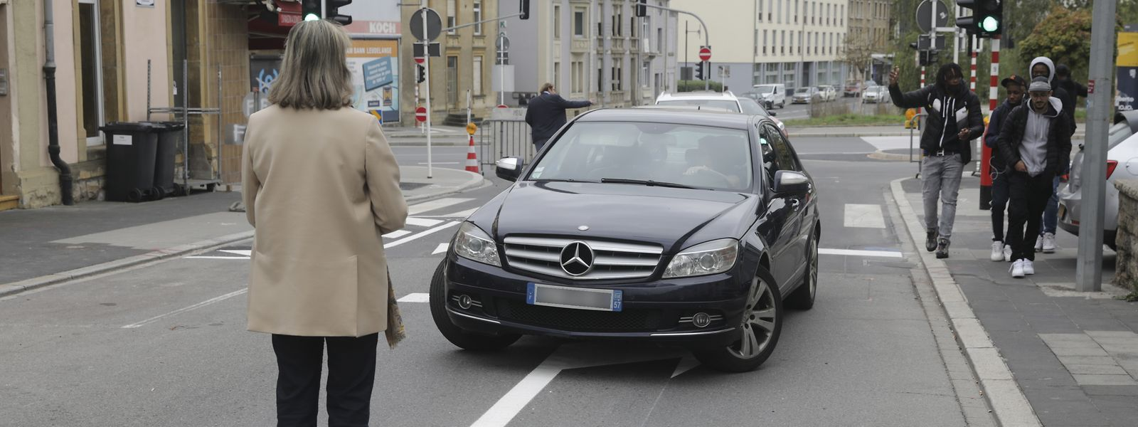 Einfahrt trotz großflächiger Verbotsschilder: Bürgermeisterin Lydie Polfer herself stoppte am Freitagmorgen in der Rue de Strasbourg Verkehrssünder.
