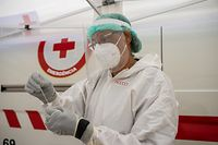 18.06.2021, Portugal, Lissabon: Eine Mitarbeiterin des Gesundheitspersonals bearbeitet einen Corona-Test am Platz da Parada. Wegen einer besorgniserregenden Ausbreitung der Delta-Variante des Coronavirus ist Lissabon für zweieinhalb Tage abgeriegelt. Foto: Paulo Mumia/dpa +++ dpa-Bildfunk +++