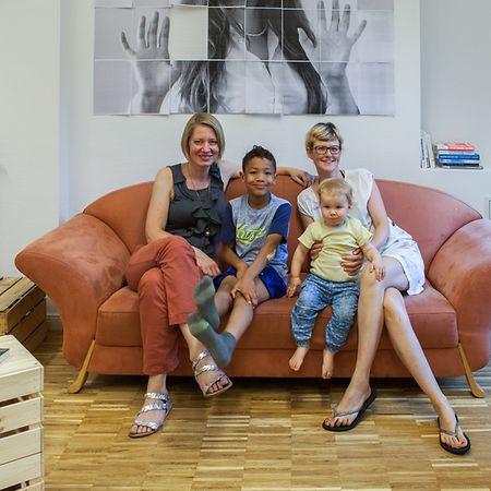 Die beiden Gründerinnen von juggleHUB: Silvia Steude (l.) mit ihrem Sohn und Katja Thiede (r.) mit ihrer kleinen Tochter.