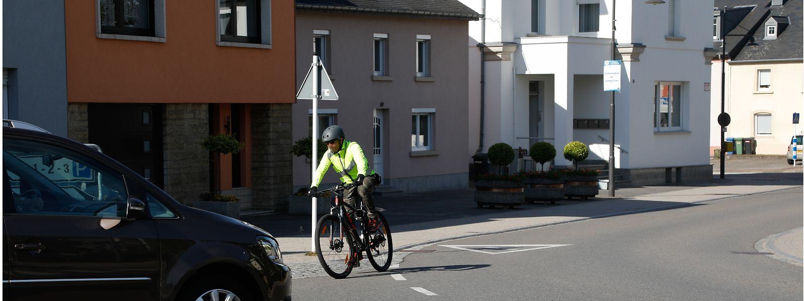Wegen des gefährlichen Umwegs über die Route d'Arlon nutzen viele Radfahrer verbotenerweise die Rue des Romains.