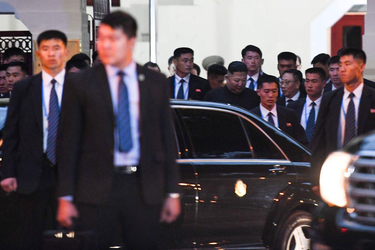 Kim Jong Un wurde von Dutzenden Sicherheitsbeamten zu seiner Limousine geleitet.