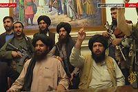 Imagens da televisão Al-Jazeera mostram membros dos talibã no palácio presidencial, em Cabul, após a tomada de poder no Afeganistão.