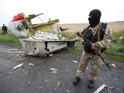 Ein prorussischer Milizionär an der Absturzstelle.