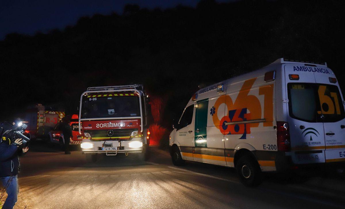 Während der Nacht zum Montag: Fahrzeuge von Einsatzkräften stehen am Einsatzort.