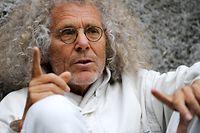 ARCHIV - 01.06.2010, Bayern, München: Rainer Langhans gestikuliert bei einem Interview. Am 19.06.2020 wird der Altkommunarde 80 Jahre alt. Foto: picture alliance / dpa +++ dpa-Bildfunk +++