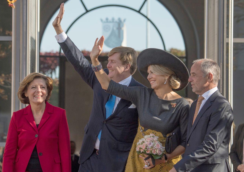 König Willem-Alexander (2.v.l.) und Königin Máxima winken neben Malu Dreyer, der Ministerpräsidentin von Rheinland-Pfalz, und ihrem Ehemann Klaus Jensen den jubelnden Zuschauern zu.
