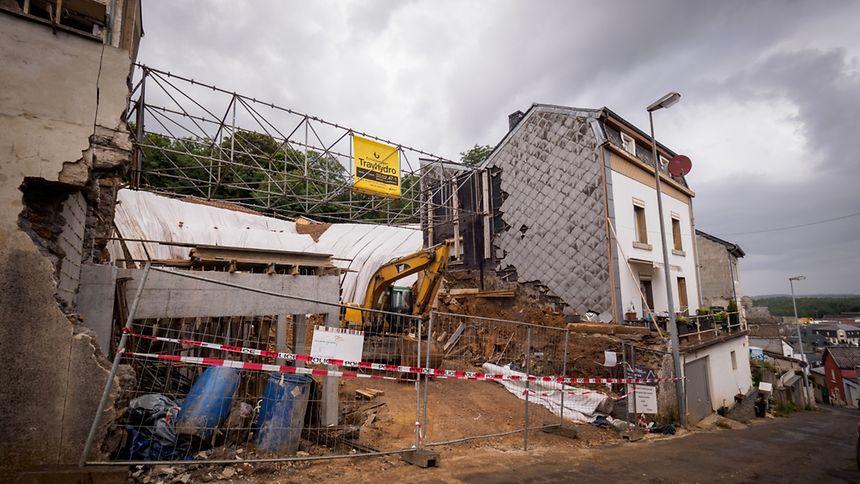 Die Baustelle befindet sich im Hang. Während das Haus der Familie Ribeiro (rechts) noch bewohnt ist, wurden die Einwohner des oberhalb liegenden Hauses (links) umquartiert.