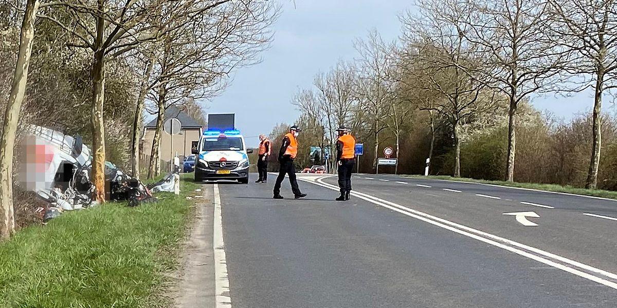 Der Beifahrer des Lieferwagens wurde lebensgefährlich verletzt. Der Fahrer erlitt schwere Blessuren.