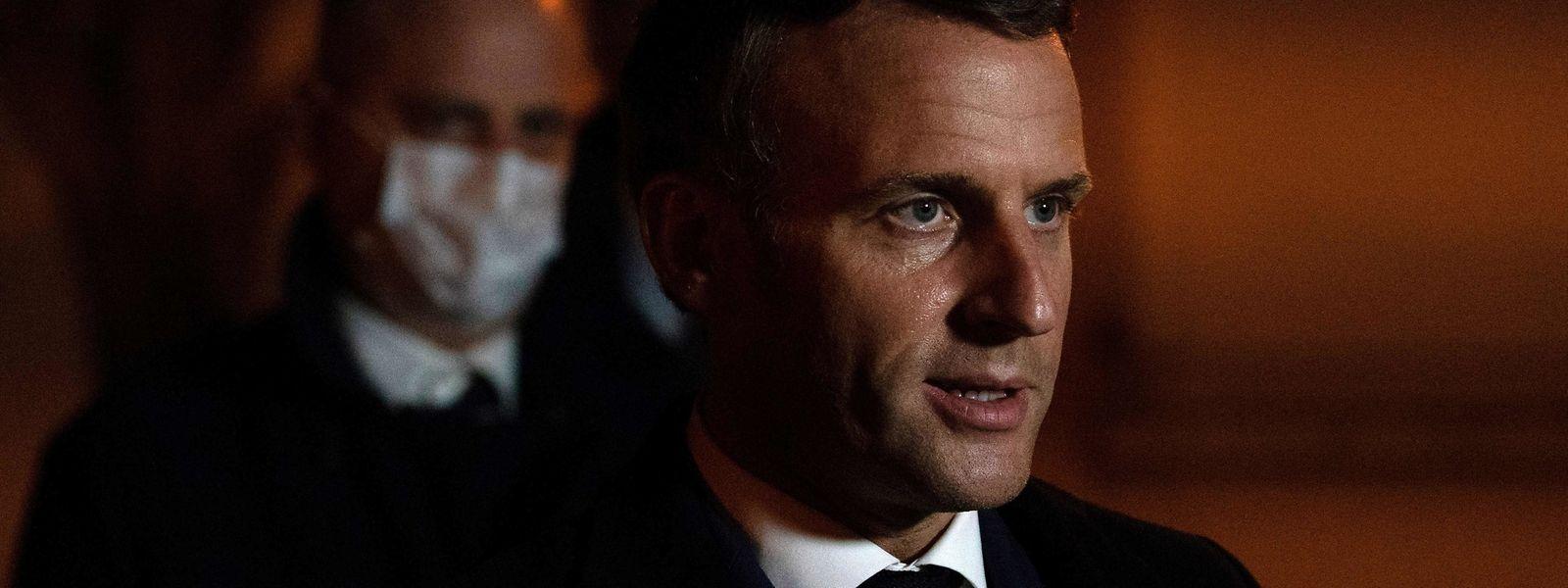 Frankreichs Präsident Emmanuel Macron besuchte den Ort des Geschehens noch in der Tatnacht.