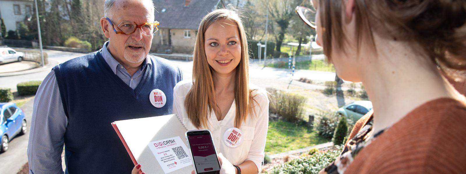 Nico Dhamen (l.) und Anne Gruber ziehen im April durch Fels und Ernzen, um als ehrenamtliche Botschafter des Luxemburger Roten Kreuzes um finanzielle Unterstützung zu bitten.